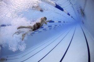Homme nageant dans piscine